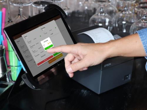 Das Kassensystem Dinapay funktioniert mit Touchscreen auf dem Tablet